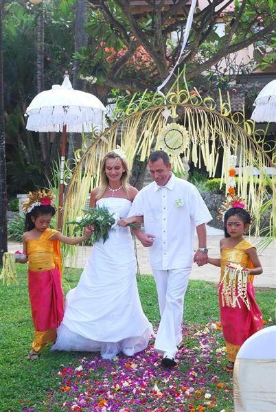 976d8977e4 Hivatalos egyházi és polgári esküvő Balin